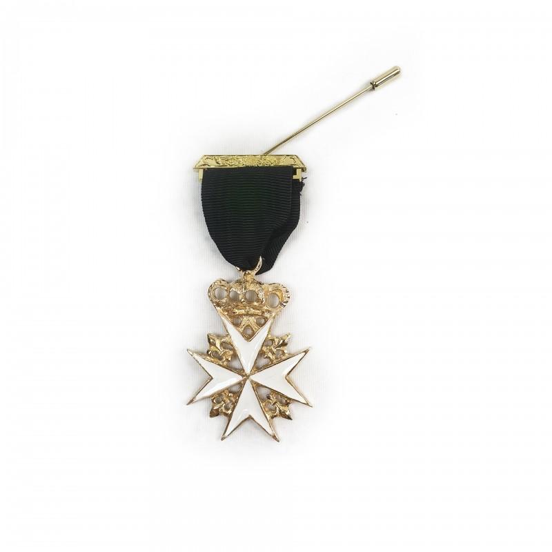 Bijou Prieur de MALTE, croix couronnée émail blanc cloisonné, laiton doré, ruban noir