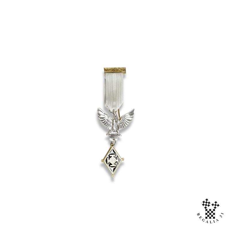 Bijou Chevalier CSS/SJE, émail blanc cloisonné / métal doré / argenté