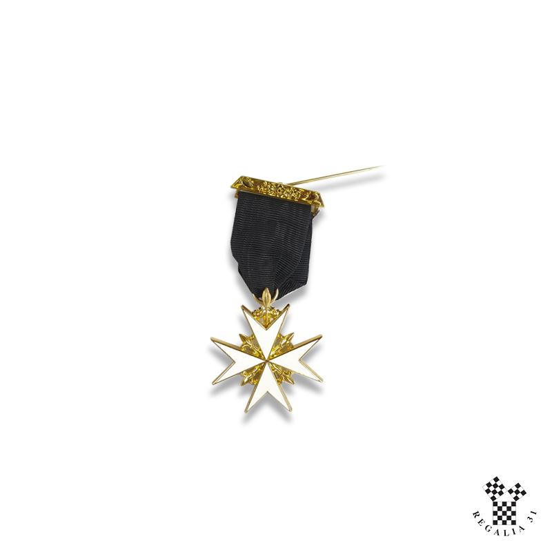 Bijou Chevalier de MALTE, croix émail blanc cloisonné, métal doré, ruban noir