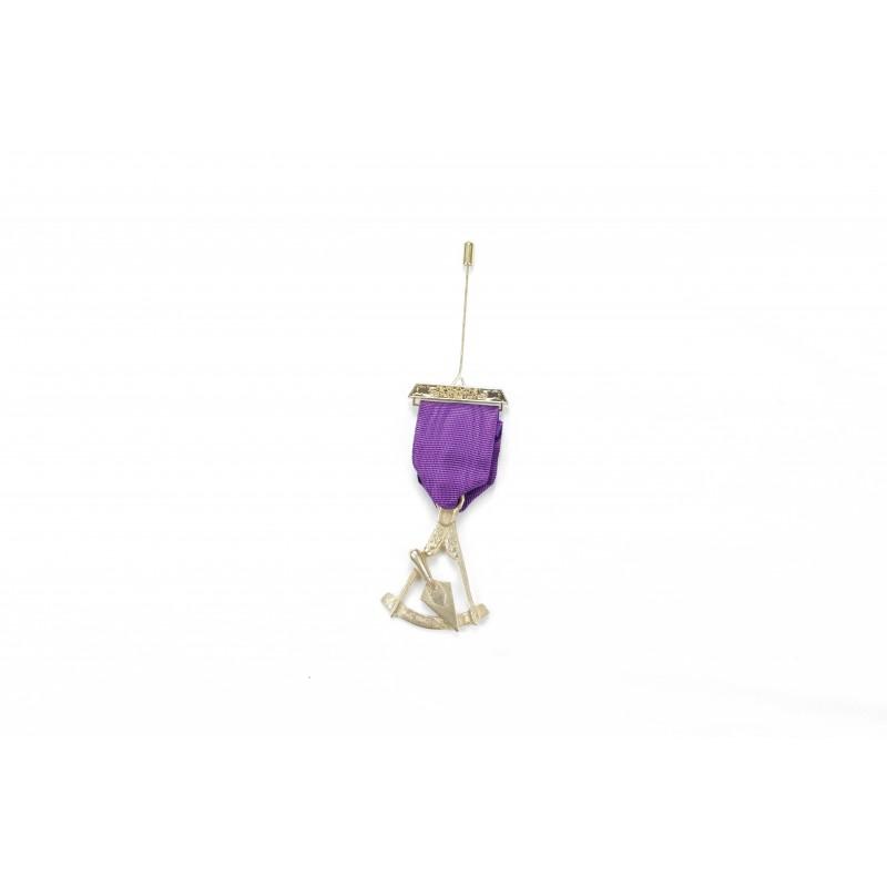 Bijou de poitrine P.M. CRYPTIQUE, emblème bronze doré sous ruban violet