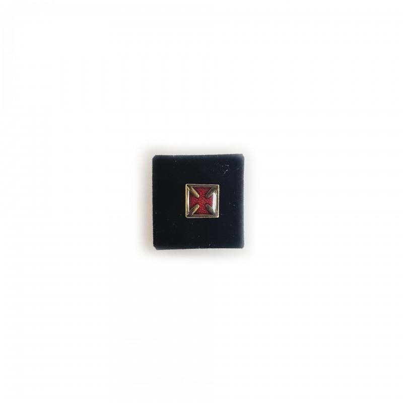 Épinglette TEMPLE / C.B.C.S., croix pattée émail rouge dans carré métal doré