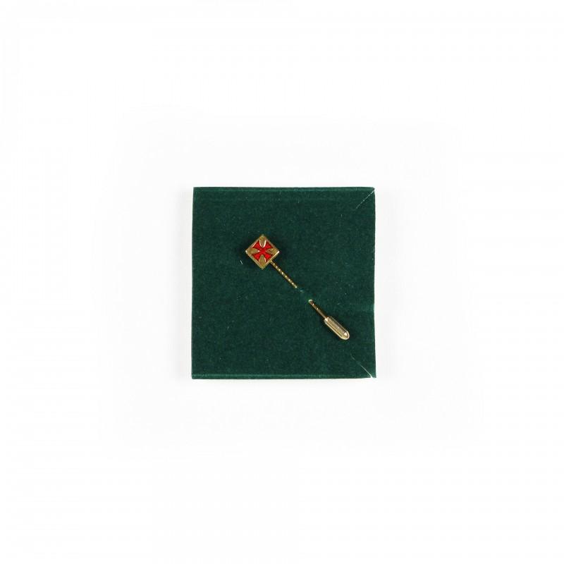 Épingle de cravate TEMPLE / C.B.C.S., croix pattée émail rouge dans carré métal doré
